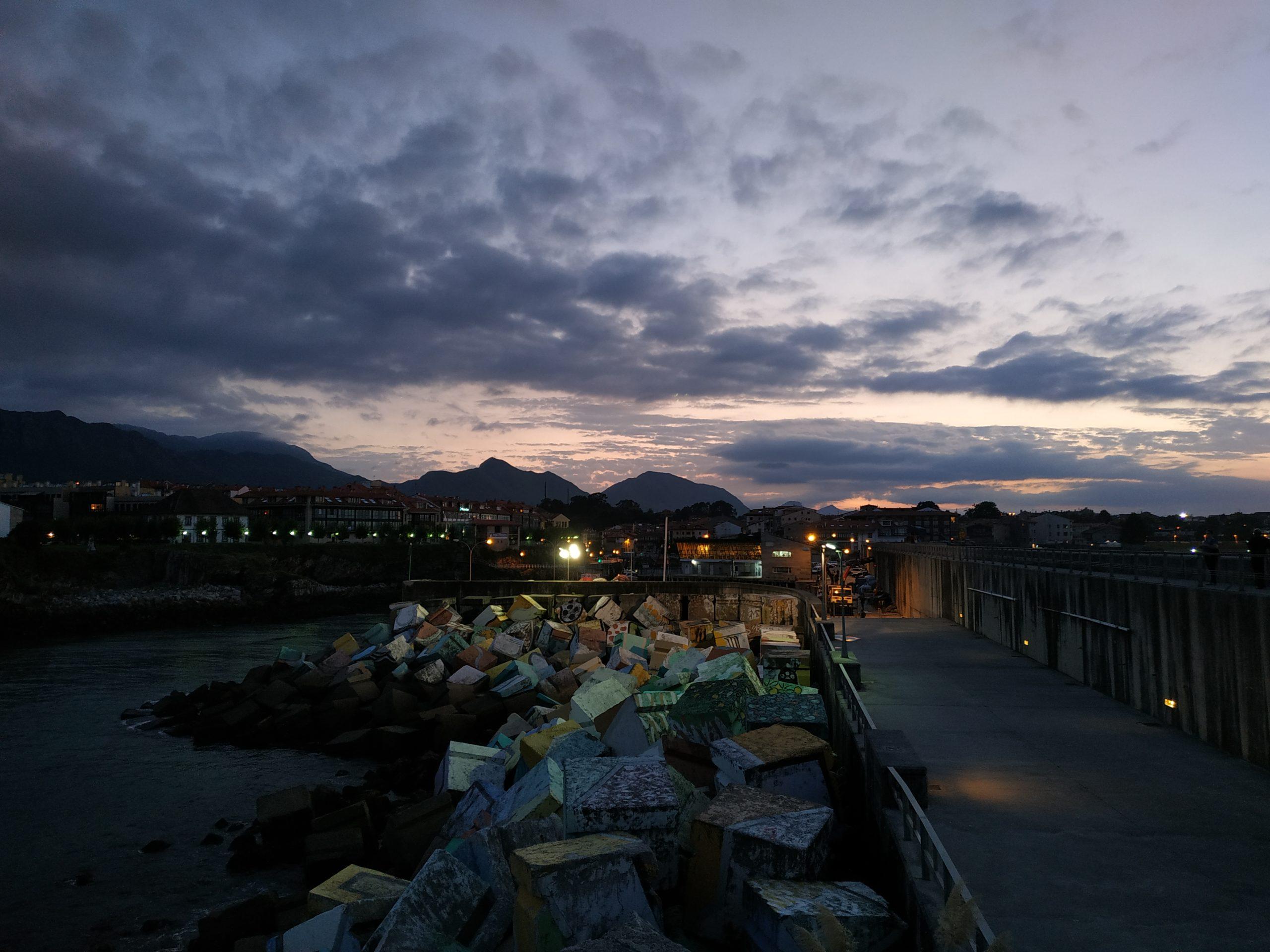 Cubos de la memoria en el puerto de llanes